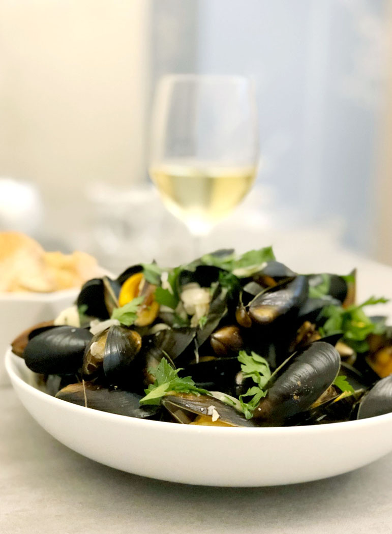 Moules Marinières – Mussels in Garlic & White Wine