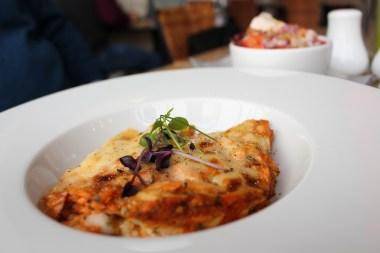 Lasaña de salmón ahumado y eneldo con ensalada
