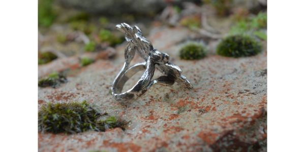 Oxeye Daisy Ring in Sterling Silver by Emma Keating photograph of side
