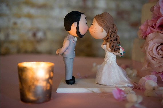 cute cake topper bride with freckles | figurine cake toppers that look like you | by artifice producciones | http://emmalinebride.com/reception/figurine-cake-toppers/