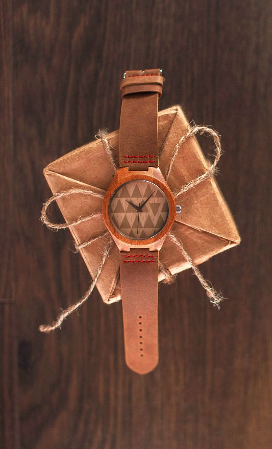 wood watch with leather band by WOODEER | via 40+ Best Leather Groomsmen Gifts for Weddings | http://emmalinebride.com/gifts/leather-groomsmen-gifts/