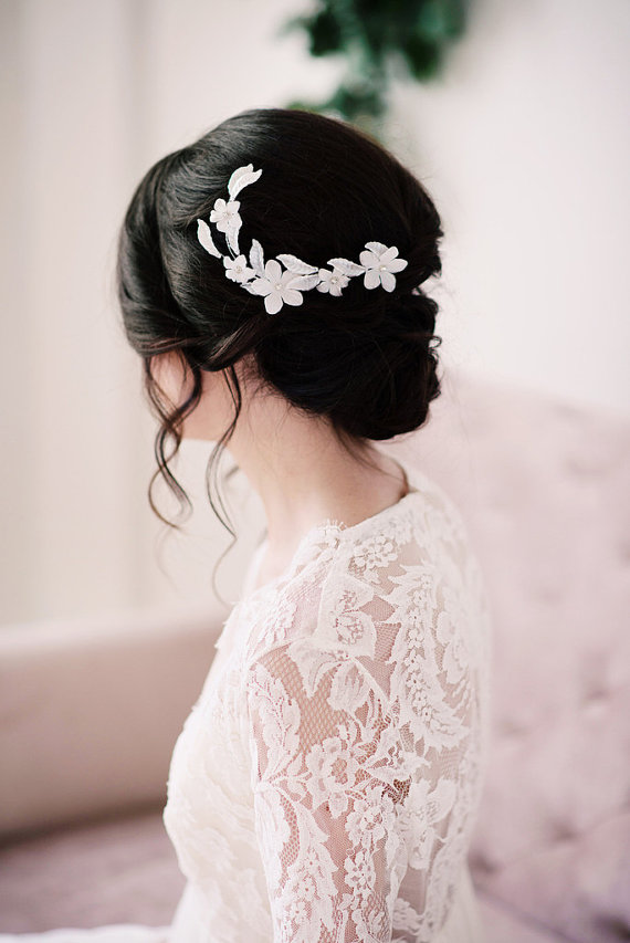 This floral hair comb by Tessa Kim features off-white acrylic leaves and fabric flowers.