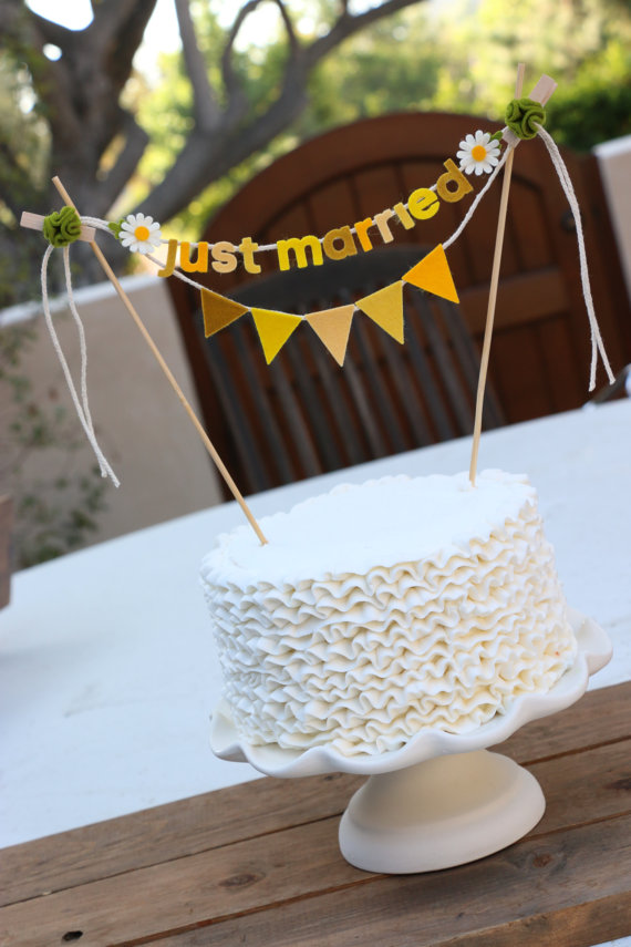daisy cake topper garland by pipsqueak and bean | daisy ideas theme weddings
