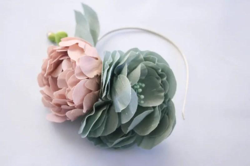 diy fabric flower headband   Best DIY Wedding Projects via http://emmalinebride.com/decor/best-wedding-diy-projects/
