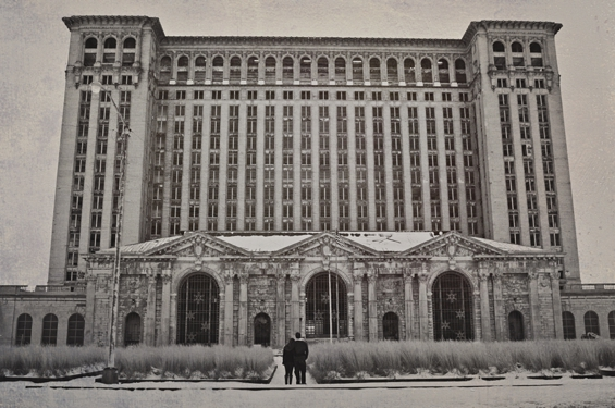20 Best Engagement Photo Ideas: The Detroit Train Station (photo by Sarah Kossuch)