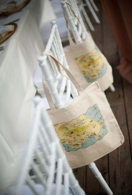 New York Map Tote Bag | What to Put in Wedding Welcome Bags | http://emmalinebride.com/planning/wedding-welcome-bags/