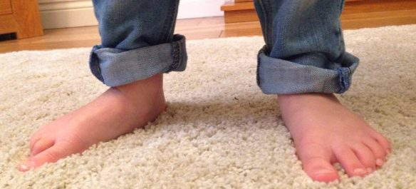 childs feet and trousers do not fit