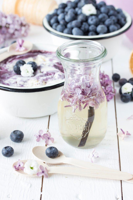 Sahneeis mit Blaubeerswirl und Fliedersirup-2