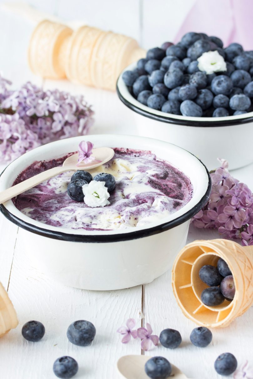 Sahneeis mit Blaubeerswirl und Fliedersirup