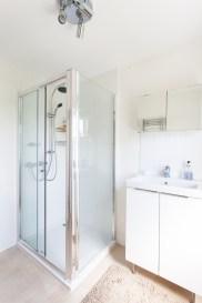 Grey guest room shower 2