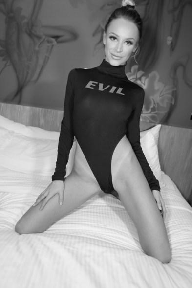emma hix at evil angel party_01