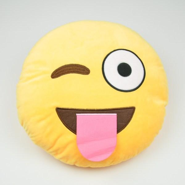 Emojikudde som blinkar och har tungan ute