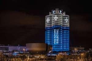 BMW - Tower - die drei Türme - nachts - beleuchtet - Schrift auf Turm:: The future is electric - bmw-schuss-vor-den-bug