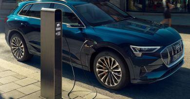 Besteuerung von Elektroauto Dienstwagen - Audi e-tron --- An Ladesäule, schönes blau metallic --- Foto Audi