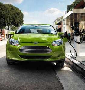 Ford-Focus-Electric-Beim-Elektro-Aufladen-an-Ladesäule-grün-von-vorne-Elektro-Auto-E-Auto-Foto-Ford