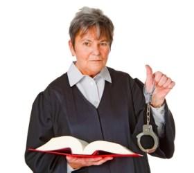 Juristin mit Gesetzbuch feigestellt auf weissem Hintergrund