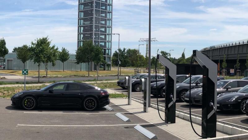 Porsche Ladepark - zwei Säulen mit 800 Volt Technik - Schnellladepark am Technologiestandort Berlin-Adlershof - Foto Porsche -- Porsche - Induktives Laden kommt