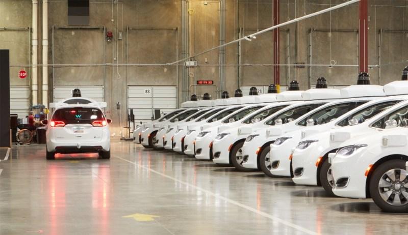 Uber gibt auf - Waymo Fahrzeuge im Waymo Chandler Operations Center - Waymo - Autonom Auto, Autonom Taxi, waymo one, Foto Waymo