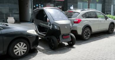 Citytransformer eingeparkt zwischen zwei Autos - - Elektro Kleinwagen - Foto Citytransformer