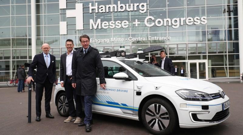 Fünf vollautomatisiert e-Golf fahren in Hamburg.