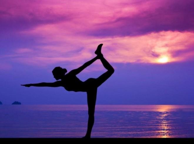 Mujer-haciendo-yoga-en-la-playa-807x600