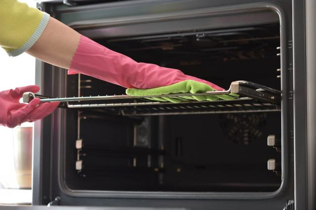 11 Easy Ways To Clean Oven Racks (Fast)