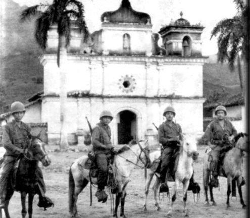 Soldados_Salvadoreños_patrullando_el_área_fronteriza_con_Honduras_durante_la_guerra_de_las_100_horas,_1969