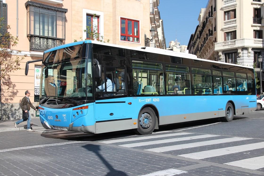 Autobus de la emt circulando hacia la izquierda