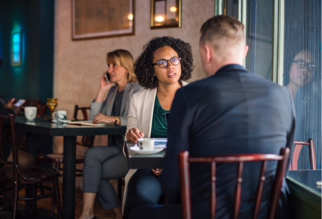 Comment réagir aux fausses rumeurs, ragots, gossips au travail? Peut-on couper court et rétablir certaines vérités? Voici quelques pistes de réflexion sur les ragots au bureau.
