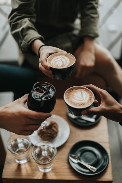 Vouloir être ami avec tout le monde peut jouer des tours sur le plan privé mais aussi au travail. Voyons comment apprendre à faire le tri dans ses amis.