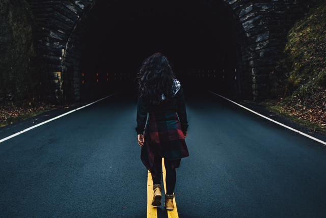 A l'aide d'exemples personnels, je vous parle dans cette seconde partie consacrée à 3 raisons d'ignorer le doute et de se faire confiance, de l'importance d'essayer pour progresser et du fait que les autres ne savent pas tout mieux que nous. Foncer ou douter ? Fake it till you become it !