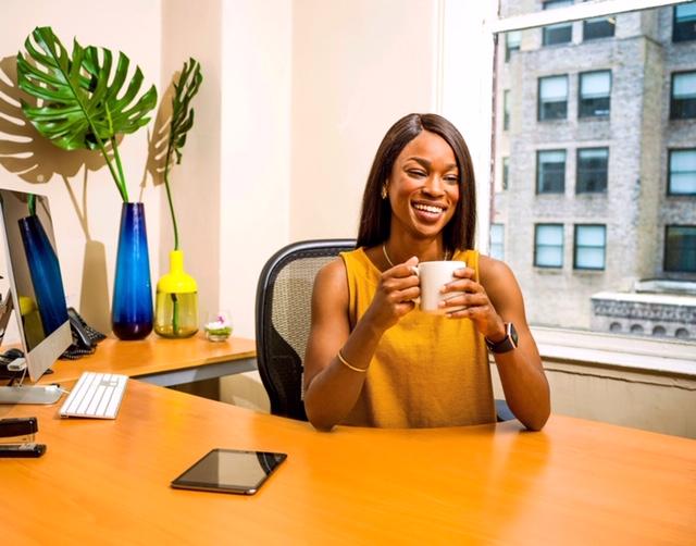 Certaines femmes vous donnent-elles l'impression d'être nulle ? Les ensorceleuses brillant au travail en sont un bel exemple, alliant charme naturel, stratégie et communication.  Que peuvent-elles nous apprendre pour notre propre parcours?