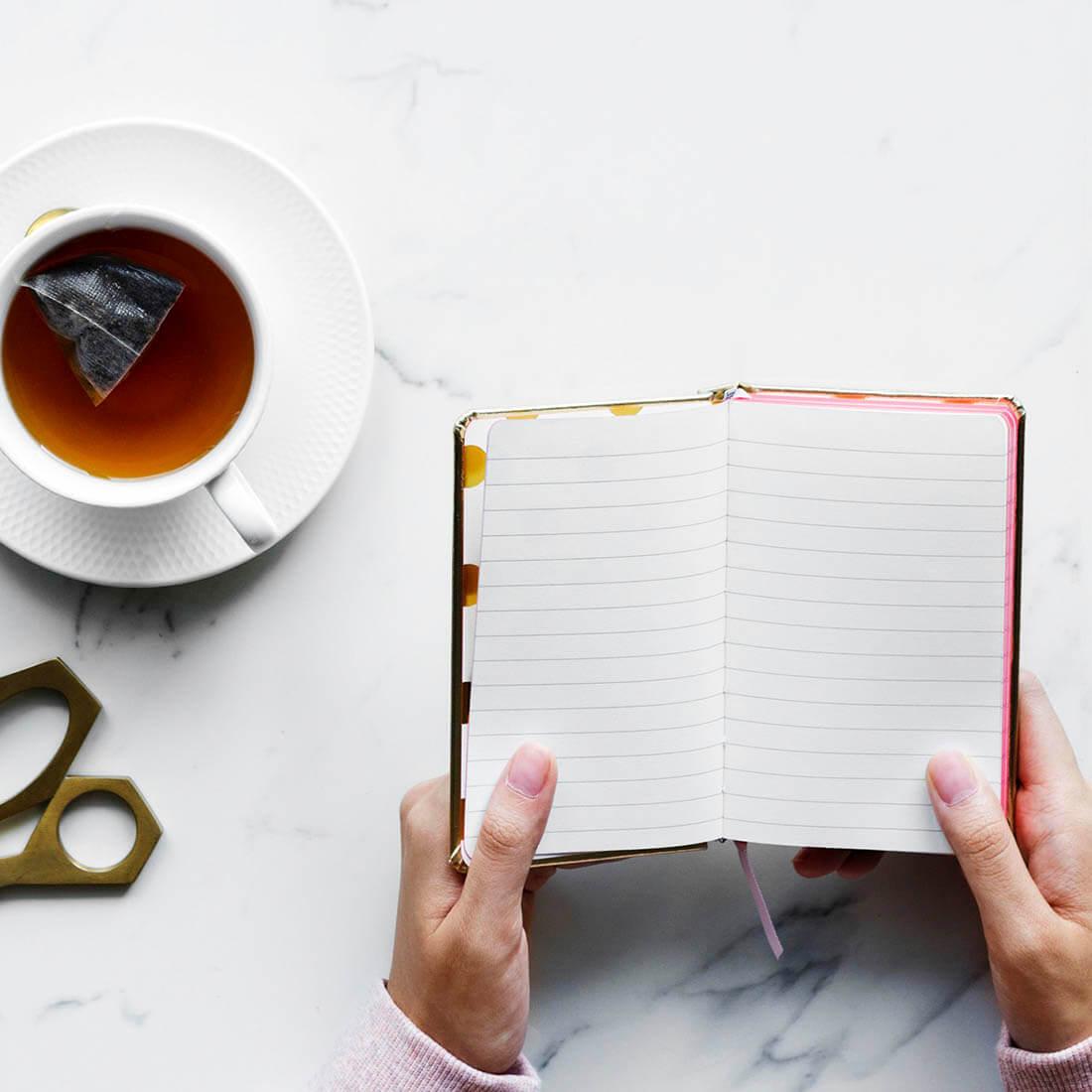 caderno e xícara de café