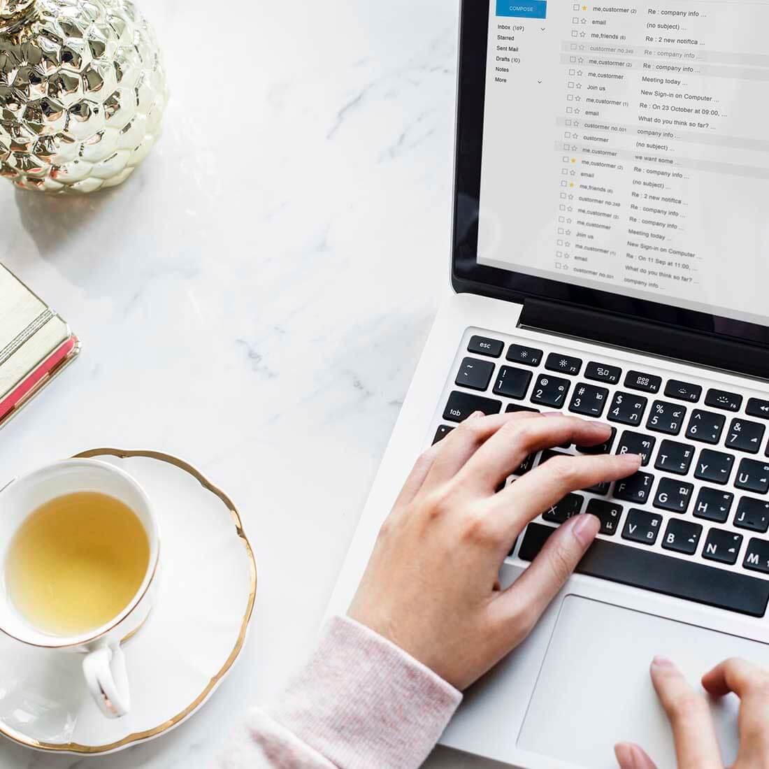 computador, mesa e café