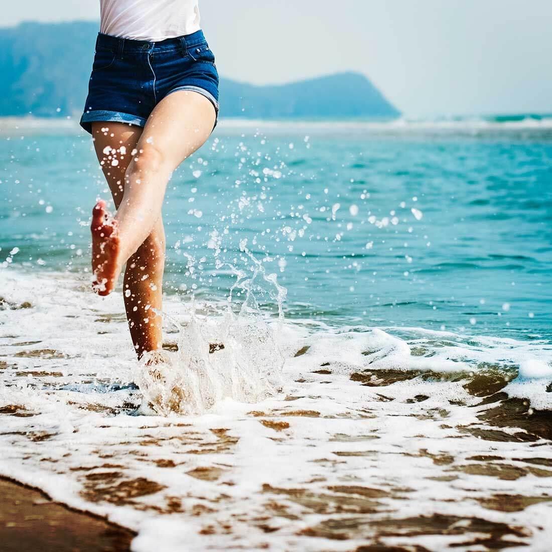mulher caminhando na praia