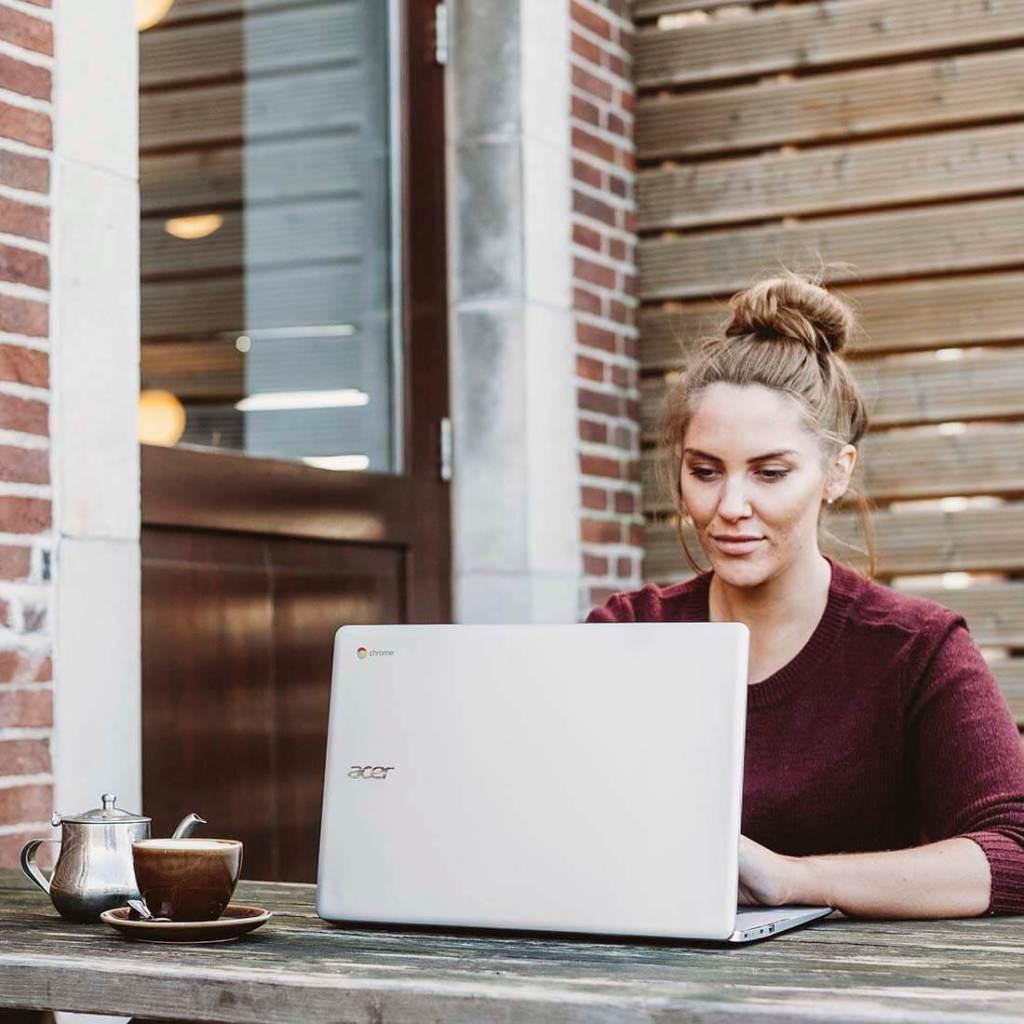 mulher usando um notebook