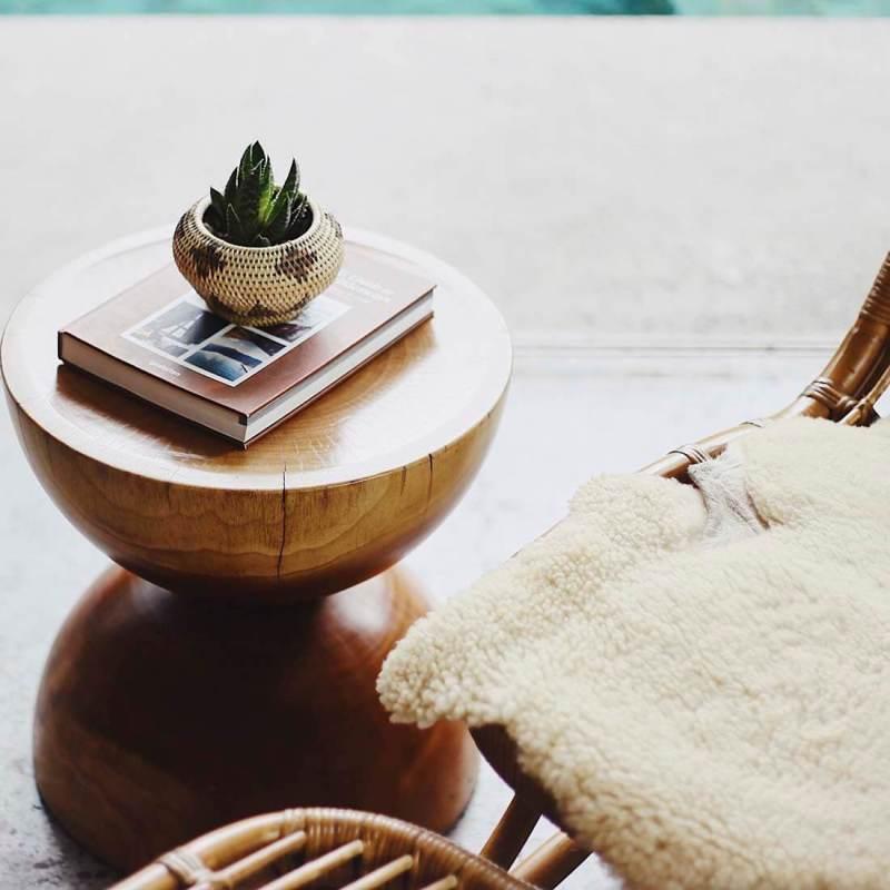 mesa com livro