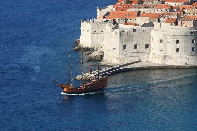 Carraca medieval saliendo del puerto de Dubrovnik