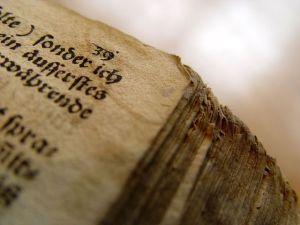 Vieja biblia. Por Oliver C. Gruener vía http://freeimages.com