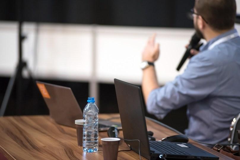 Imagen de https://pixabay.com/es/photos/la-conferencia-de-conferencia-3248255/
