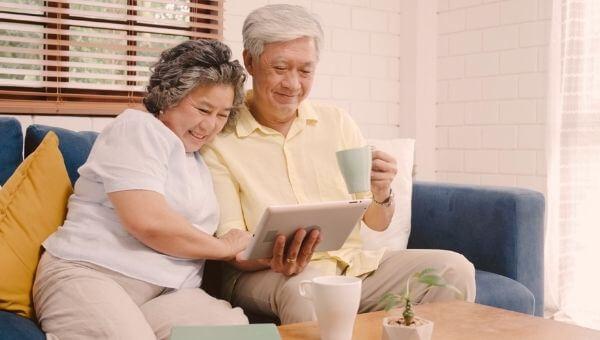 """alt=""""idosos sentados no sofá"""""""