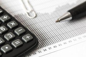 calculadora simbolizando o cálculo do saldo devedor para realizar o refinanciamento