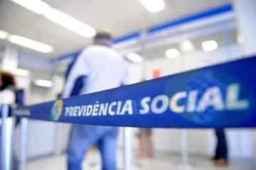 Imagem da Previdência Social com uma pessoa no fundo representando a prova de vida do INSS