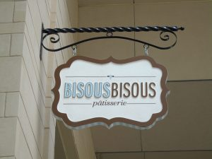 Bisous Bisous door sign