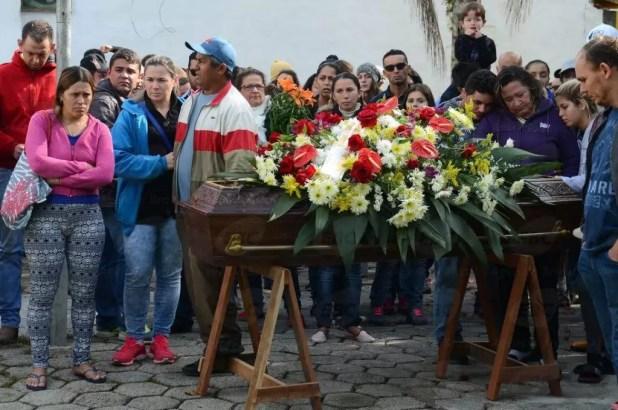 São Sebastião (SP) - Vítimas do acidente de ônibus na estrada Mogi-Bertioga são enterradas no cemitério municipal em Barra do Una (Rovena Rosa/Agência Brasil)