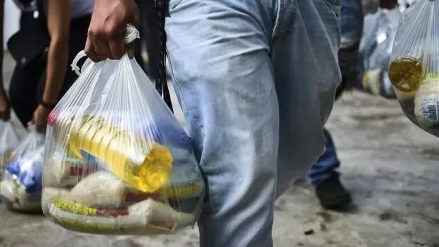 Pessoas ficam de olho nas sacolas levadas pela rua para saber onde achar certos produtos
