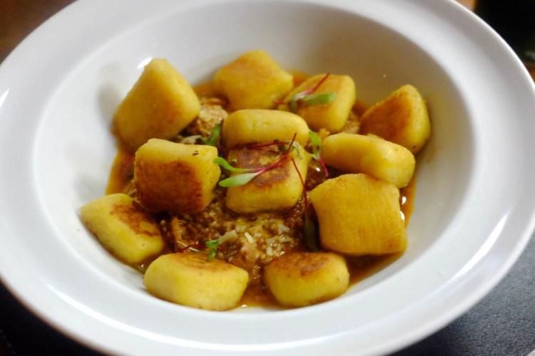 Nhoque de mandioquinha com ragú de javali - um dos pratos chefs da casa