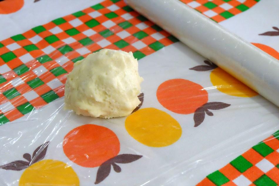 Embrulhe a massa em papel filme e leve à geladeira por, pelo menos, uma hora