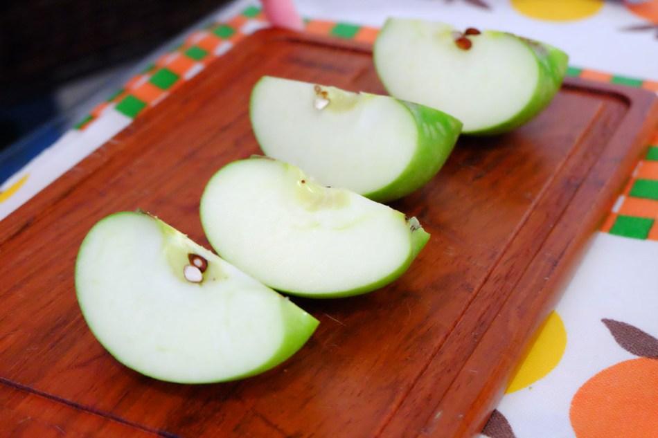 Você pode cortar as maçãs em oito pedaços, mas prefiro deixá-las em pedaços maiores, para que a torta fique mais bonita