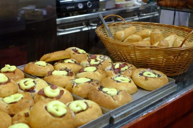 Focaccias e o delicioso pão francês estão entre as delícias encontradas por lá